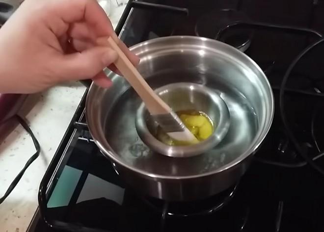 Растапливание пчелиного воска на водяной бане